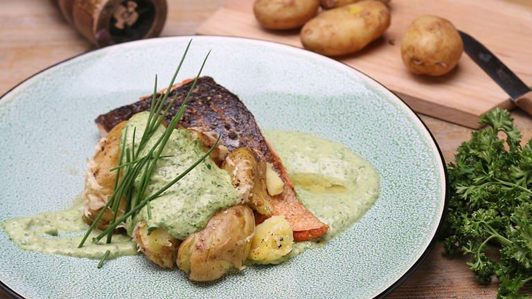 Gegrillter Lachs mit grüner Soße und Parmesan-Kartoffeln