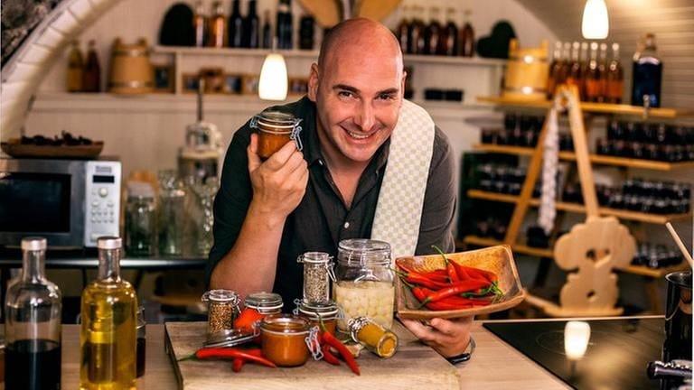 Timo Böckle im Keller mit Grillsauce in der Hand