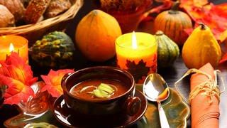 Suppenteller vor herbstlicher Dekoration mit buntem Laub, Kerzen und Kürbissen (Foto: Colourbox)