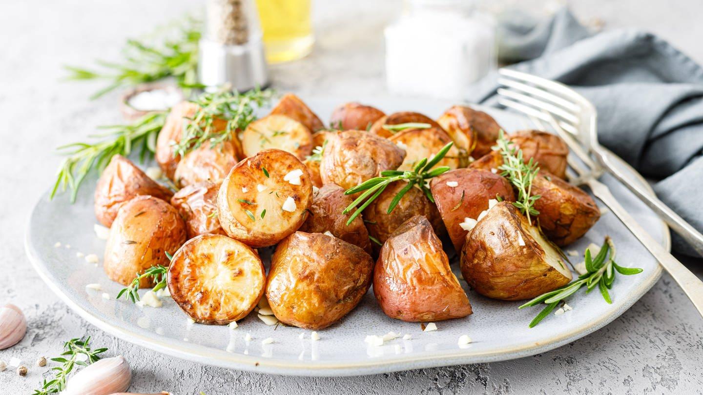 Ofenkartoffeln auf dem Teller (Foto: Colourbox)
