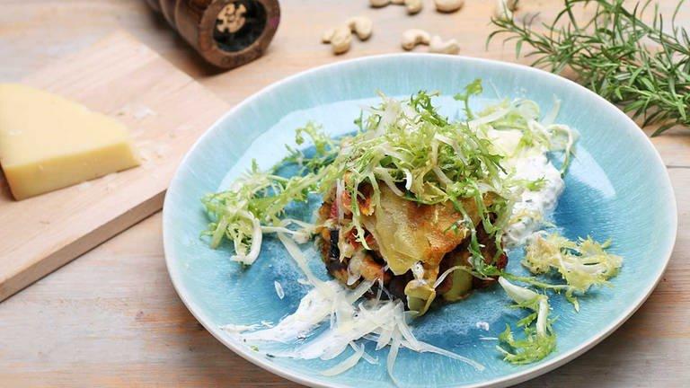 Gefüllte Rösti mit Kräuterschmand und Salat (Foto: SWR, SWR -)