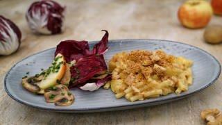 Makkaroni-Kartoffeln mit Apfel-Radicchio-Salat (Foto: SWR)