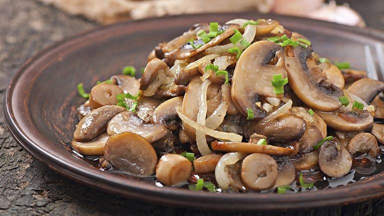 Ein Pilzgericht auf einem Teller angerichtet (Foto: Getty Images, Thinkstock -)