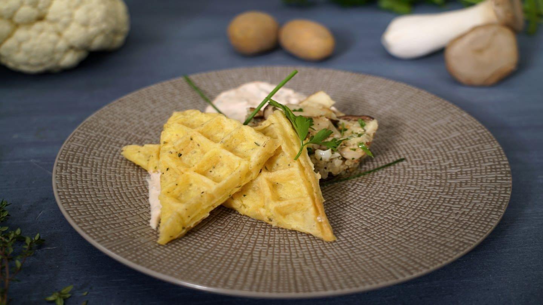 Kartoffelwaffeln mit Blumenkohl-Pilz-Salat (Foto: SWR)