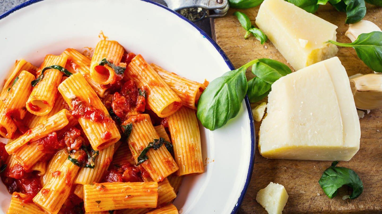 Rigatoni mit Tomatensauce und Parmesan (Foto: Colourbox)