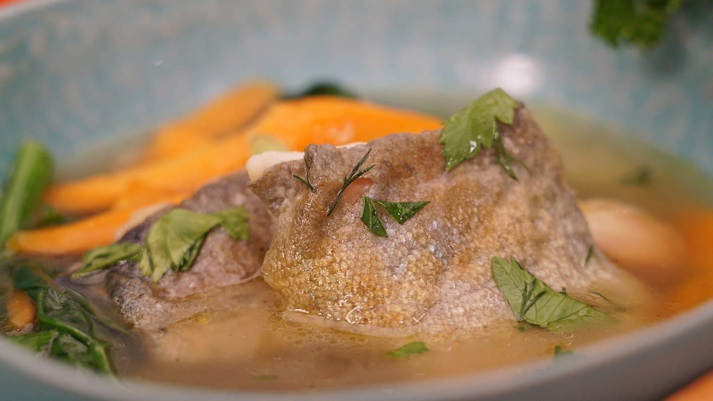 Gemüsesuppe mit gebratenen Forellenfilets (Foto: SWR)
