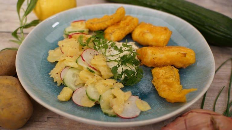Fischstäbchen mit Kartoffelsalat (Foto: SWR)