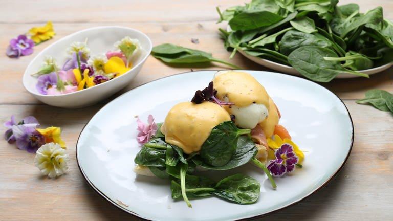 Eier Benedict mit Lachsforelle und Spinat