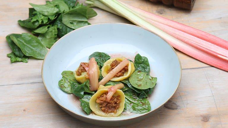 Ziegenkäse-Tortellini mit Spinat und Rhabarber (Foto: SWR, SWR -)