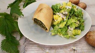 Brennnesselstrudel mit Salat  (Foto: SWR)