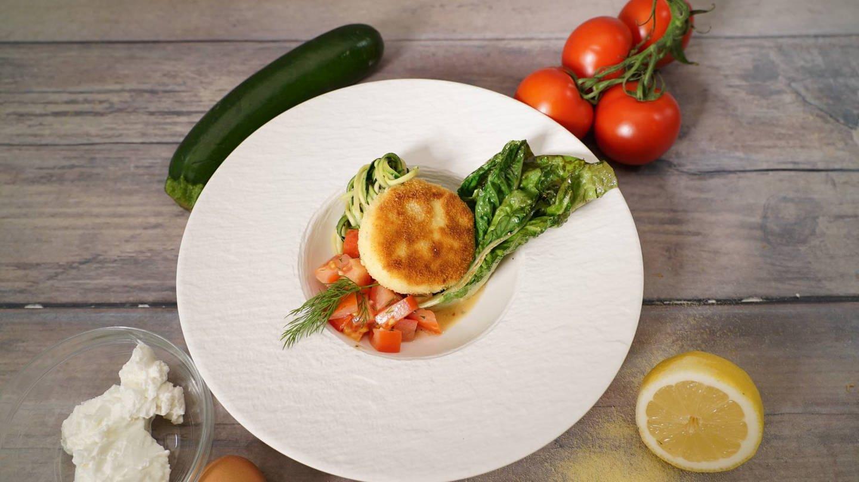 Frischkäsetaler mit Zucchini-Tomaten-Salat