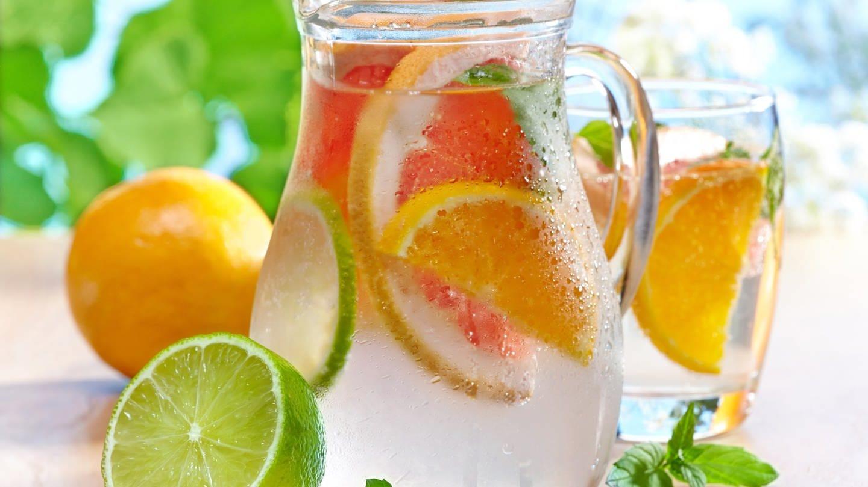 Karaffe mit Wasser und Orangen- und Zitronenscheiben