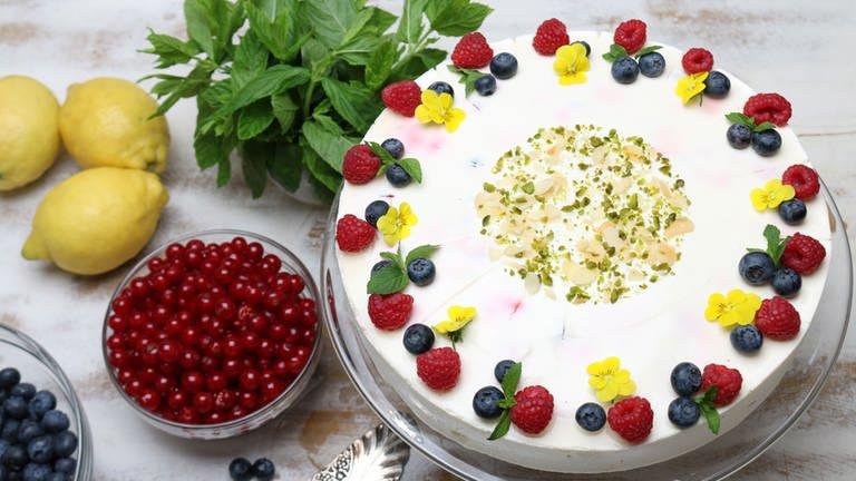Joghurttorte mit frischen Beeren