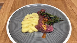 Lammlachse mit Kartoffelpüree und Knoblauch.  (Foto: SWR)