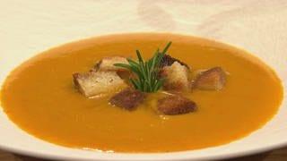 Regina Halmich kocht Kürbissuppe. (Foto: SWR)