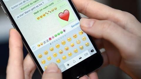 Emojis auf dem Display eines Smartphones (Foto: SWR, SWR -)