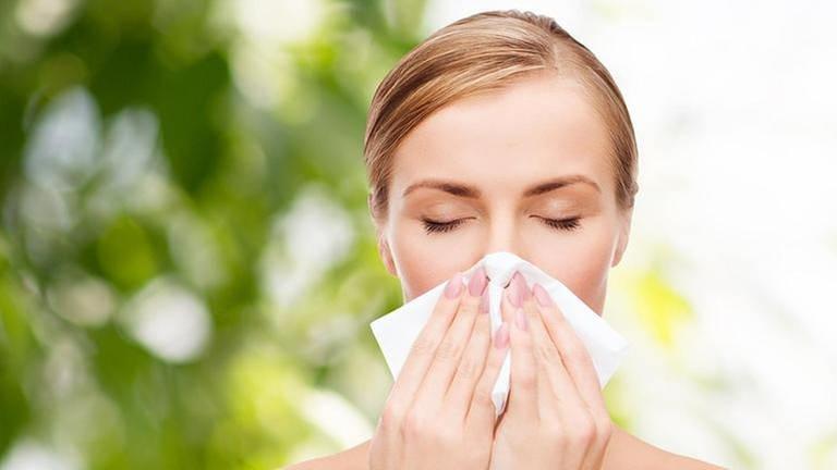 Heuschnupfen - Frau putzt sich die Nase (Foto: Colourbox, Foto: Colourbox.de -)