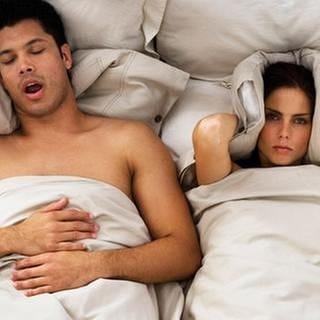 Eine Frau versucht einzuschlafen während ihr Panter schnarcht (Foto: Getty Images, Thinkstock -)