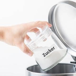Becher mit Zucker wird in den Mülleimer geworfen (Foto: Getty Images, Thinkstock -)