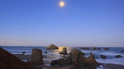Durch die Gravitationskraft, die der Mond mit seiner Masse ausübt, entstehen auf der Erde die Gezeiten, also Ebbe und Flut (Foto: picture-alliance / Reportdienste, picture-alliance / Reportdienste - Craig Tuttle)