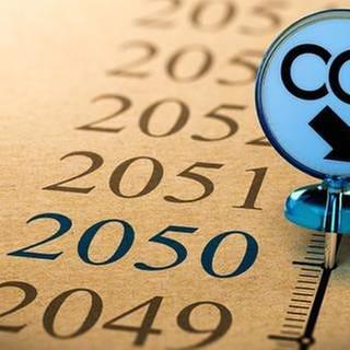 Eine Zeitstrahl zeigt das Jahr 2050 und an eben dieser Stelle stecke eine Pinnnadel mit einem Pfeil nach unten und der Aufschrift CO2. (Foto: Getty Images, Thinkstock -)