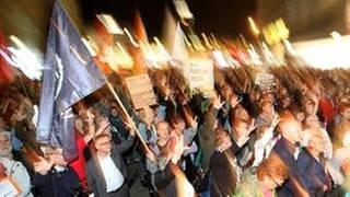 Demonstranten bei einer Kundgebung «#WIRSINDMEHR - Aufstehen gegen rechte Hetze» (Foto: picture-alliance / dpa, dpa - Roland Weihrauch)
