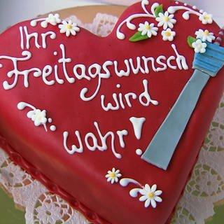 Rote Torte in Herzform mit Aufschrift 'Ihr Freitagswunsch wird wahr' (Foto: SWR)