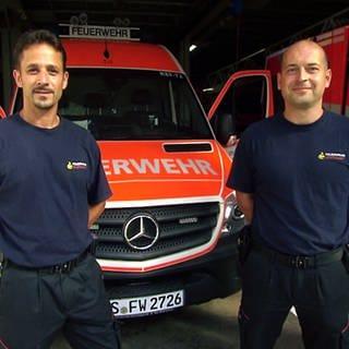 Norbert Mittnacht und Christian Seibt vor Einsatzfahrzeug der Berufsfeuerwehr Stuttgart (Foto: SWR)