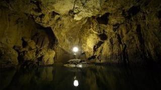 In einem Raum der Vetterhöhle stellen zwei Männer eine Lichtquelle auf (Foto: SWR, SWR/Tellux - Fabio Stoll)