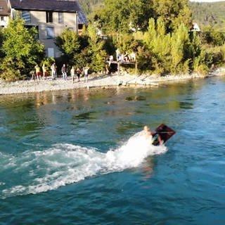 Jugendliche surfen bei Küssaberg auf dem Rhein. (Foto: SWR)