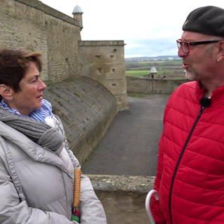 Sonja Faber-Schrecklein und Klaus Machowetz vor dem Asperger Gefängnis (Foto: SWR)