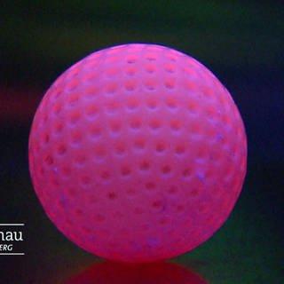 Rosaner Minigolfball im Schwarzlicht (Foto: SWR)