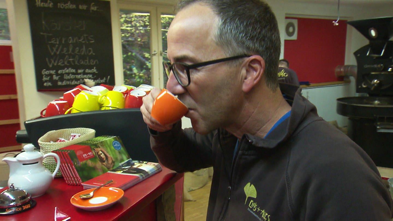 Jürgen Hörig probiert fair produzierte Kaffee aus Welzheim (Foto: SWR)