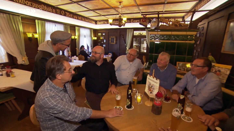 Männer sitzen in einem Gasthaus (Foto: SWR)