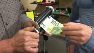 Zaubertrick - Geld drucken - 100 Euro Schein läuft durch Walze (Foto: SWR)