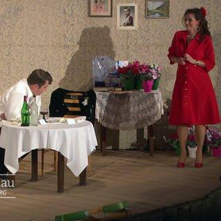 ein Mann und eine Frau bei einer Szene in einem Theaterstück (Foto: SWR, SWR)