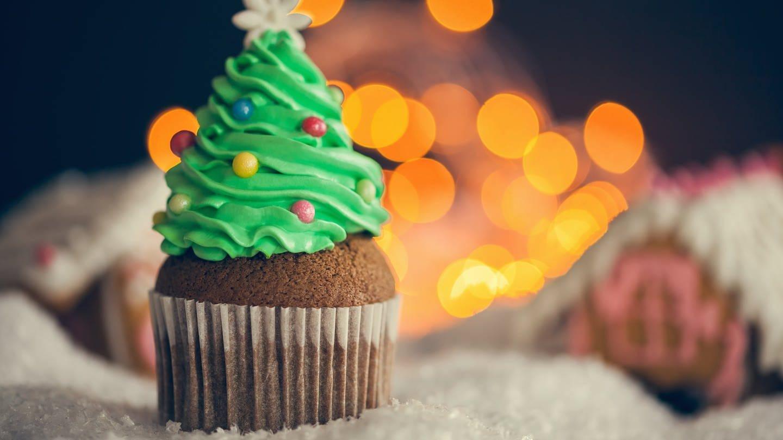 Weihnachtsrezept für Lebkuchenmuffins mit Tannenbaum (Foto: Getty Images, Name des Fotografen: NatashaPhoto)