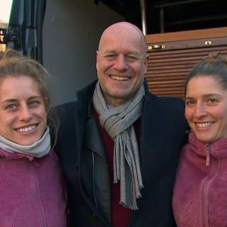 Axel Gagstätter mit den zwei Besitzerinnen der Holzliebelei in Isny (Foto: SWR)