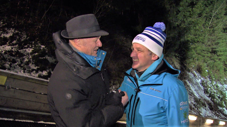 Axel Gagstätter mit Trainer des WSV Isny an Skisprungschanze (Foto: SWR)