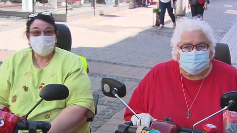 Zwei Frauen im Rollstuhl mit Gesichtsmasken in Kaiserslautern (Foto: SWR)