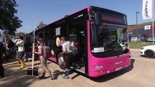 Helfer kommen per Bus-Shuttle in die Krisenregion an der Ahr (Foto: SWR)