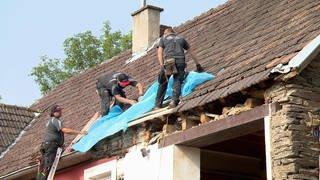 100 Dachdecker aus ganz Deutschland helfen kostenlos an der Ahr (Foto: SWR, SWR)