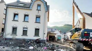 Abriss oder Sanierung? Hochwasser und Schlammassen haben in Dernau viele Häuser stark zerstört. (Foto: SWR)