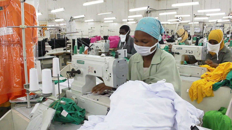 Näherinnen in Afrika in Werkshalle arbeitend (Foto: SWR)
