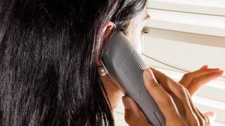 Frau telefoniert und schaut aus dem Fenster (Foto: SWR)