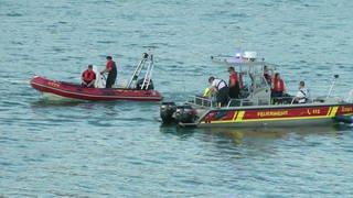 Rettungskräfte in Booten der DLRG suchen nach Badeopfern (Foto: SWR)