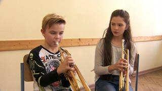 Schüler und Schülerin üben auf ihren Trompeten (Foto: SWR)
