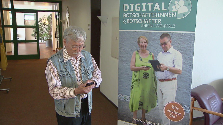 Senior mit Handy. tippt Message ein (Foto: SWR)