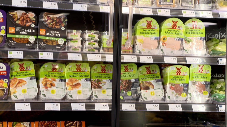 Fleischersatzprodukte in einer Supermart-Frischetheke (Foto: SWR)