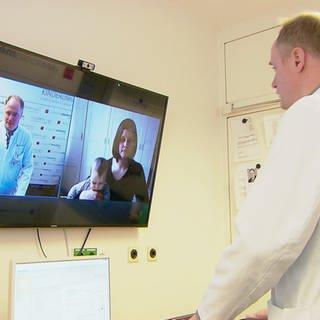 Arzt vor LED-Bildschirm, während einer Telemedizin-Sitzung mit einer Patientin (Foto: SWR)